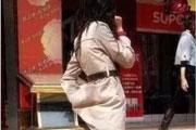 搞笑GIF:姑娘掏什么呢,出门在外,注意点形象啊
