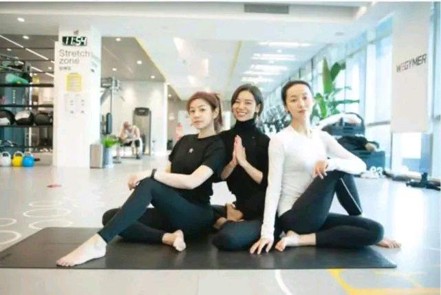 其实陈妍希之前经常晒出自己的健身美照,类似倒立这样的高难