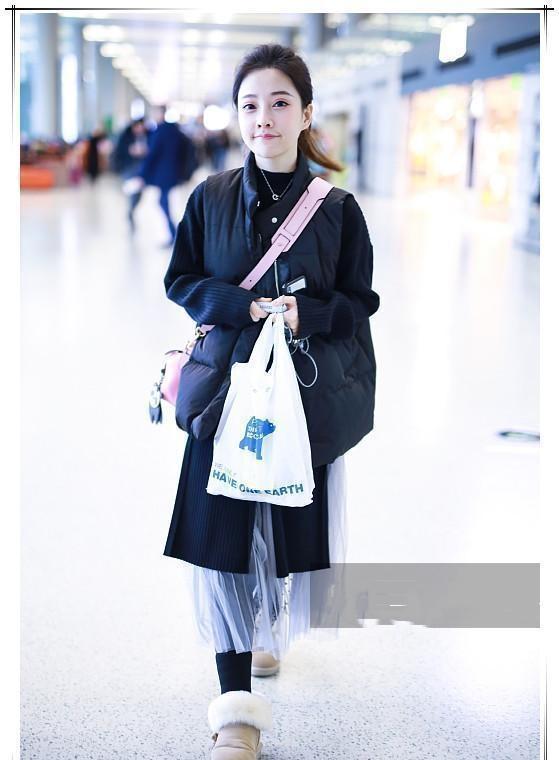 冯提莫终于敢现身!穿长款羽绒服走机场!看到地面我懵了
