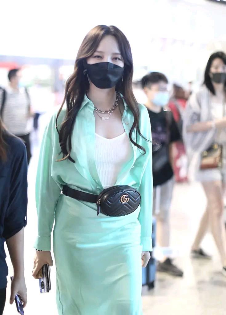 孟佳薄荷绿衬衫裙现身,好身材藏不住,配大牌腰包穿出曲线美