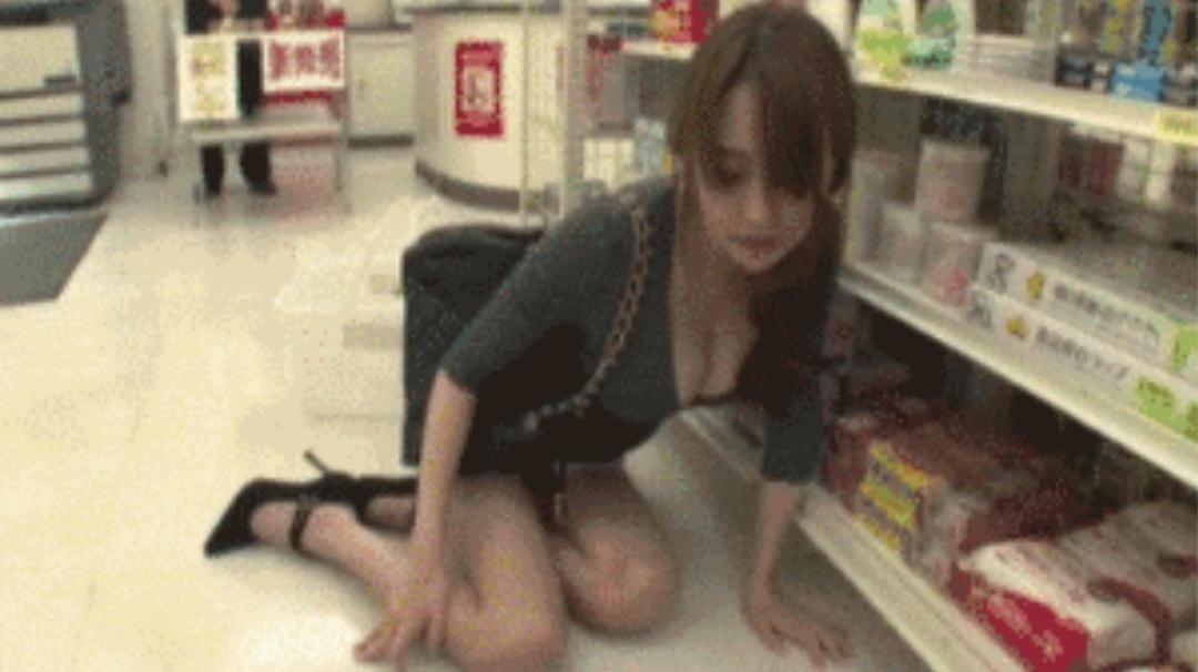 漂亮的小姐姐在超市被下药了 谁来拯救她*^_^*